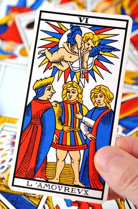 Le tarot de Marseille, au cœur de ma pratique de la voyance : pour des flashs appuyés par des supports divinatoires très puissants et des prédictions claires.
